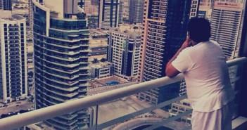 صورة ساخرة مركبة لمصري كأنه في العاصمة الجديدة