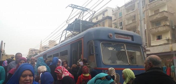 صورة.. مشادات بين ركاب ترام الإسكندرية وسائقيه بعد إضرابهم المفاجىء عن العمل