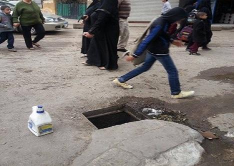 بالصور.. «بلاعة مفتوحة» تنتظر سقوط طلاب 4 مدارس بالمهندسين