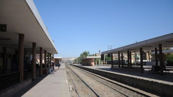 خط مياه قطارات إدفو لم يُصلّح منذ 3 شهور.. والحفر أول ما يراه سائحو المدينة (صورة)