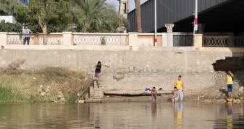 أطفال سوهاج يسبحون في النيل