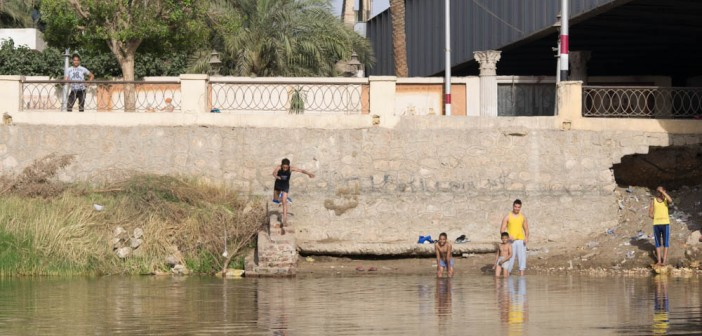 بالصور.. «السوهاجية» يهربون من الحر بالقفز في النيل: «شفت النطة دي»