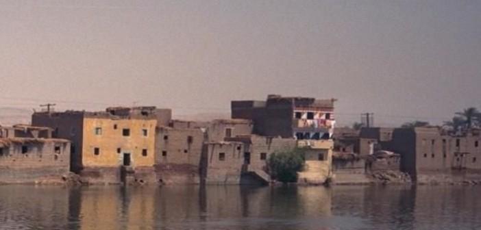 كارثة.. المياه تحاصر «بني غني» بالمنيا.. والأهالي: «البحر هياخد العيال والبيوت» (فيديو)