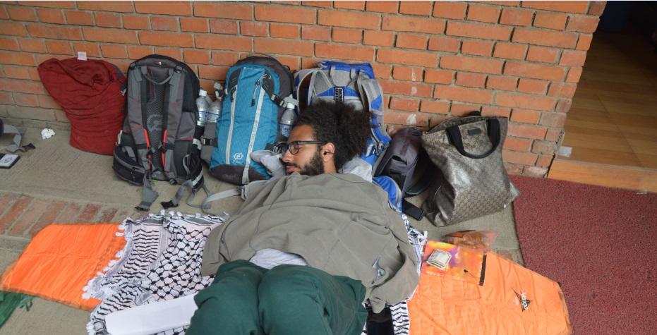 أحمد الصعيدي نائما بعد ساعات طويلة من ضربات الزلزال