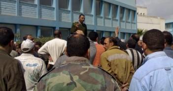 اعتصام عمال شركة المنصورة  للراتنجات أمام مبنى الإدارة