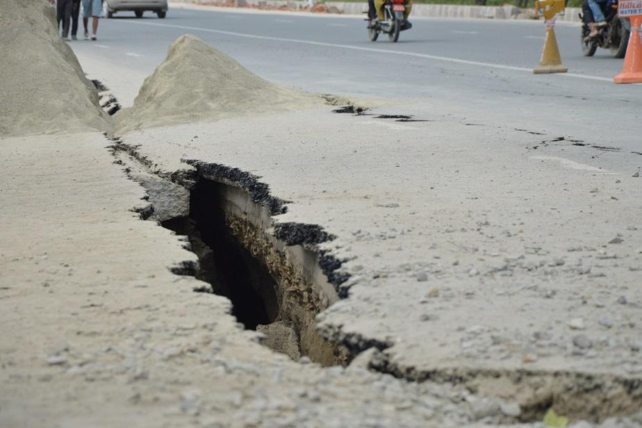 الزلزال شق الطرق في نيبال (تصوير أحمد الصعيدي)