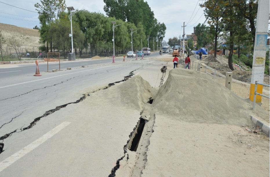 آثار االزلزال على الطرق في نيبال (تصوير أحمد الصعيدي)