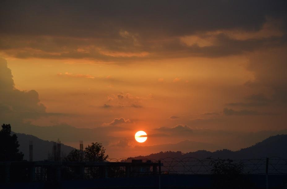 الشروق في نيبال صباح اليوم التالي للزلزال كما سجله أحمد بكاميرته الشخصية