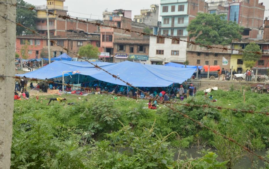 النيباليون فروا من منازلهم وتجمعوا في الساحات (تصوير أحمد الصعيدي)