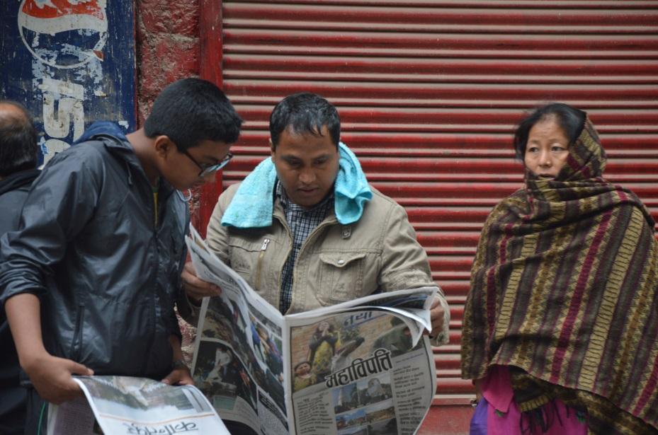 النيباليون يطالعون ما كتبته الصحف المحلية عن الزلزال (تصوير أحمد الصعيدي)