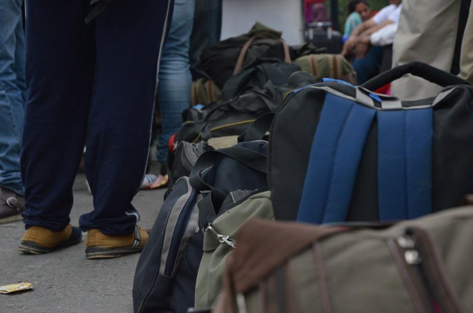 حقائب المسافرين تكدست هي الأخرى في انتظار العودة من حيث أتت (تصوير أحمد الصعيدي)