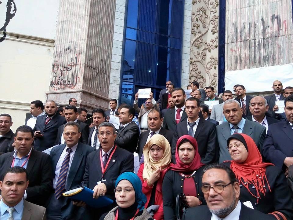 الباحثون القانونيون للدولة يتظاهرون للمطالبة بهيئة مستقلة للتحقيق في قضايا الفساد