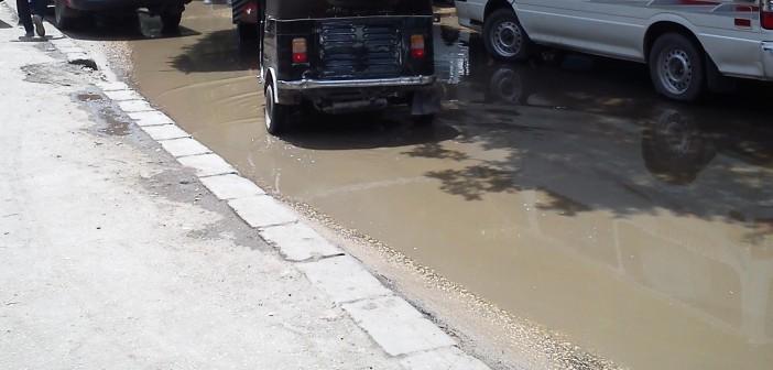 بالصور والفيديو.. شوارع حلوان تغرق في مياه الصرف الصحي