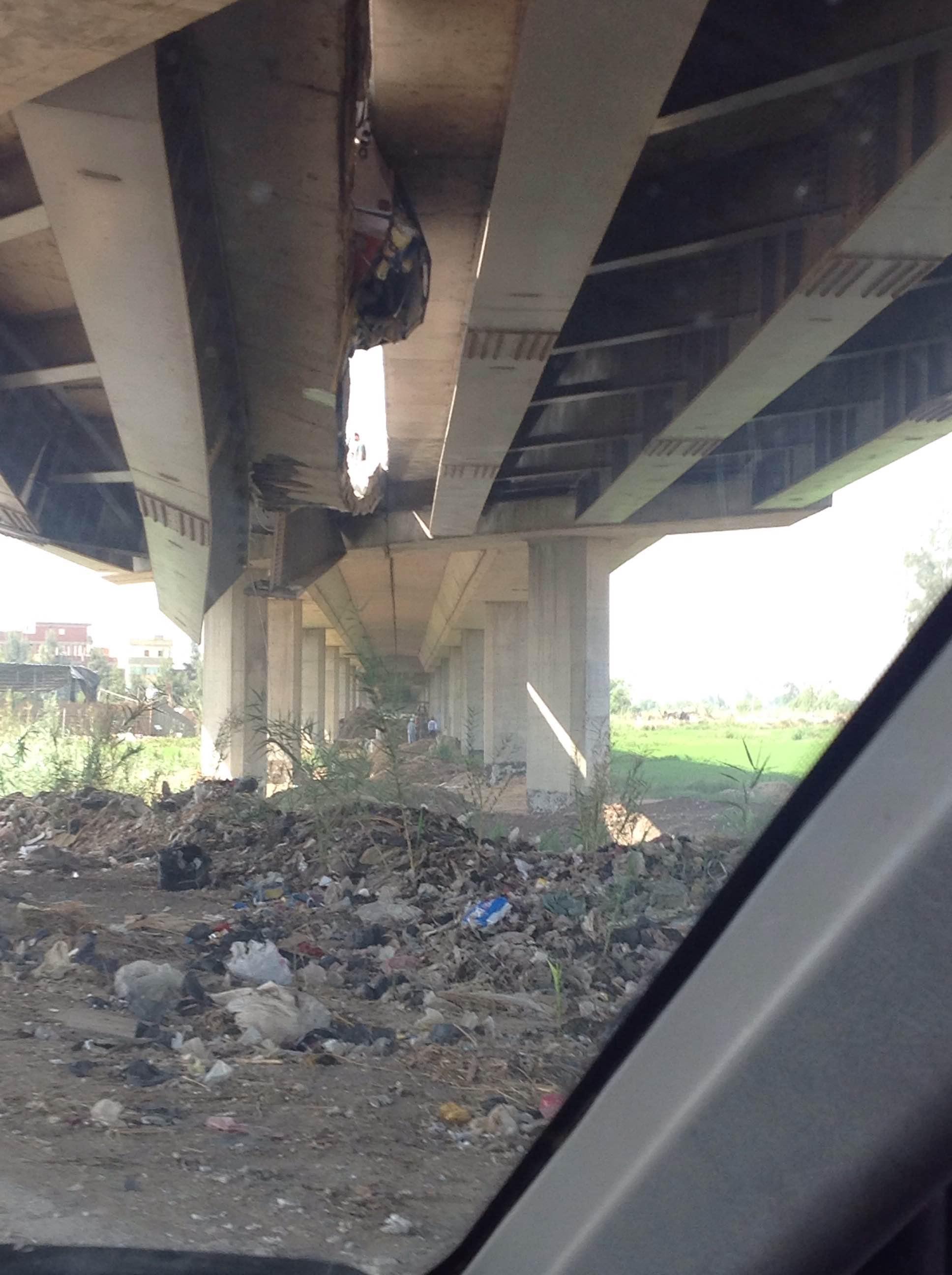 انهيار أجزاء من كوبري على طريق المنصورة ـ بلقاس (تصوير مصطفى مجدي)