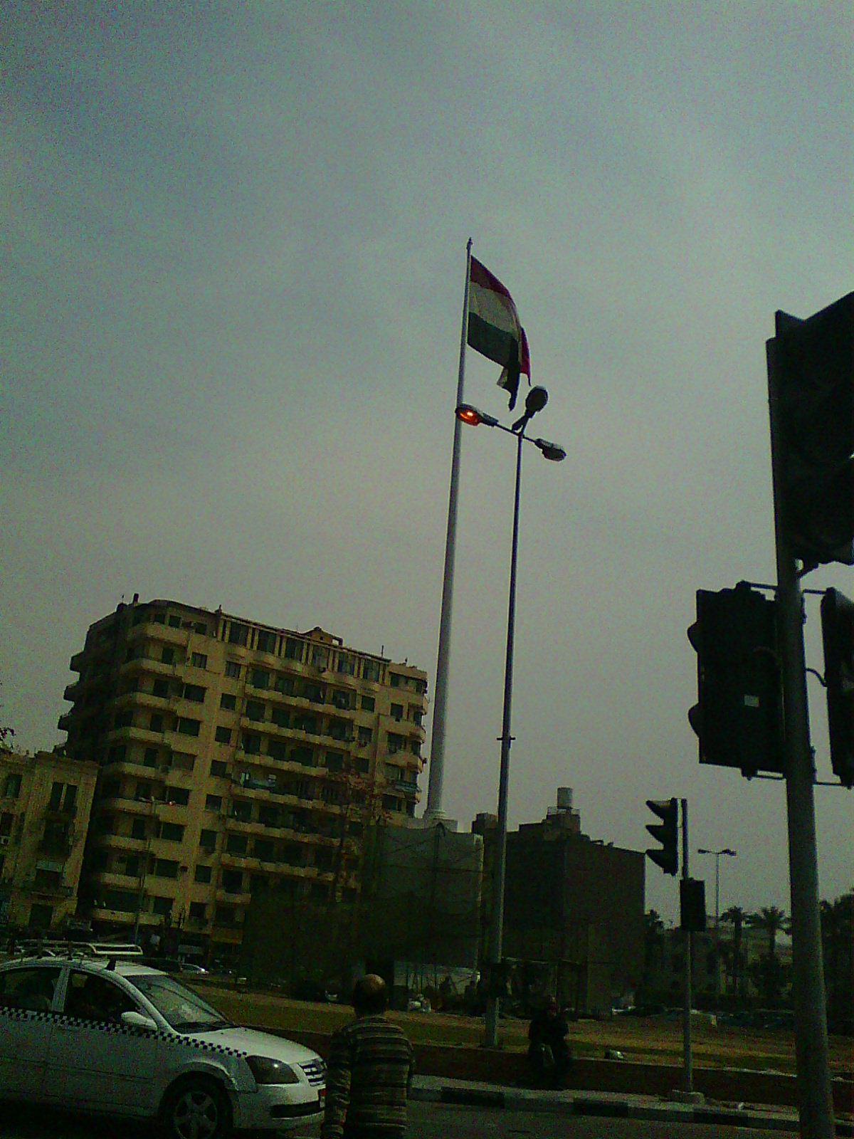 أعمدة الإنارة مضاءة في ميدان التحرير