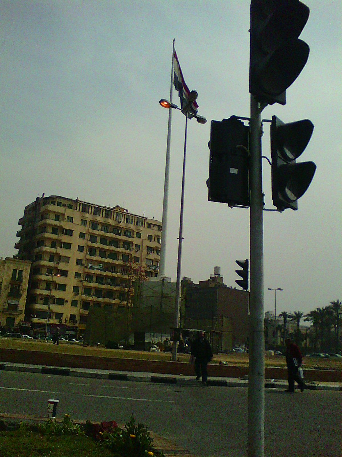 أعمدة إنارة مضاء في التحرير