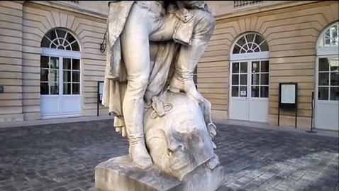 بالفيديو.. شاملبيون يضع «جزمته» على رأس فرعونية بتمثالين له في فرنسا