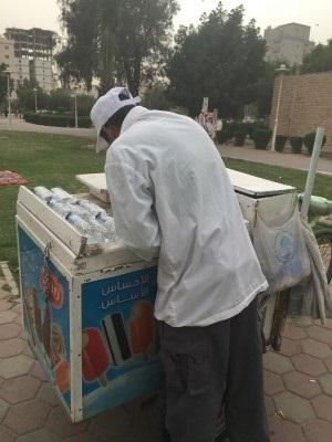 بائع مصري يبيع آيس كريم في الخليج