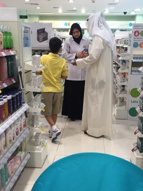 صيدلانية مصرية خلال عملها في الكويت (تصوير ديدي القاضي)