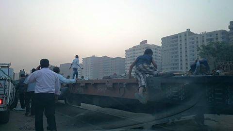 بالصور.. مواطنو «النزهة 2» سجناء بيوتهم بعد إغلاق المدخل الوحيد للمنطقة
