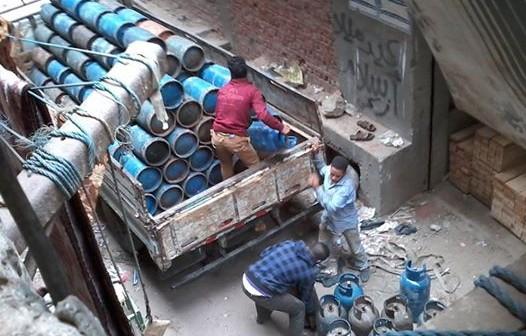 قنابل موقوتة.. مخزن أنابيب يتوسط الكتلة السكانية في بهتيم (صورة)