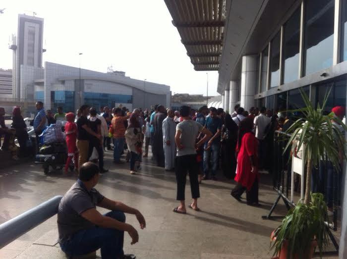 ساعات انتظار المواطنين لذويهم خارج صالة استقبال مطار القاهرة 1