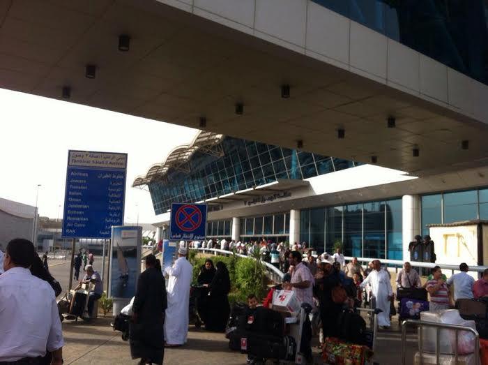 ساعات انتظار المواطنين لذويهم خارج صالة استقبال مطار القاهرة