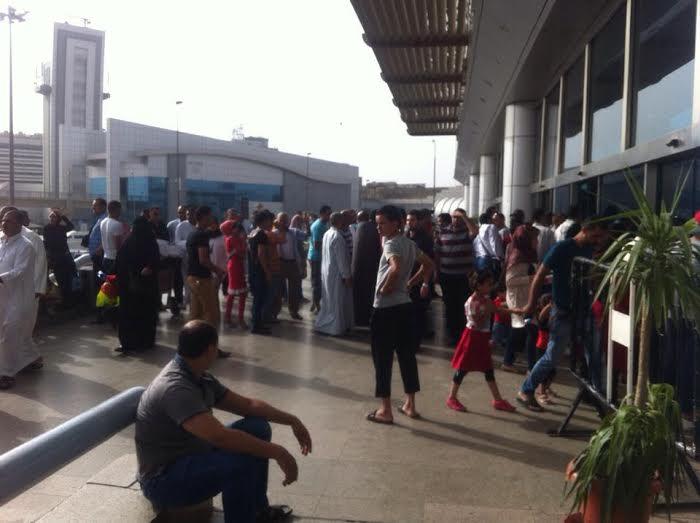 ساعات انتظار المواطنين لذويهم خارج صالة استقبال مطار القاهرة2
