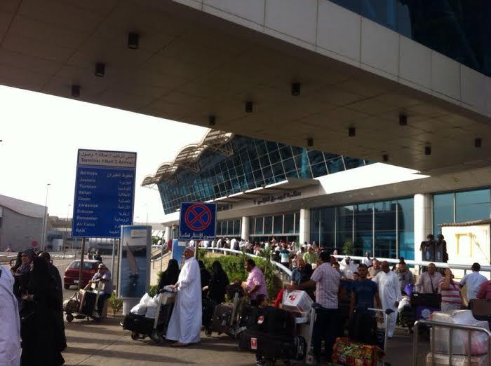 ساعات انتظار المواطنين لذويهم خارج صالة استقبال مطار القاهرة3