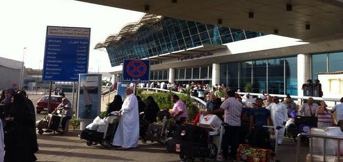 📷 بالصور.. طرد مواطنين من صالات انتظار مطار القاهرة.. وإبقائهم في الشمس