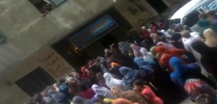 📹 فيديو.. مدير جمعية خيرية يضرب سيدات.. ويوقعهن على الأرض