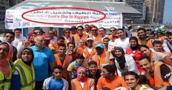 محافظ الإسكندرية خلال حملة نظافة
