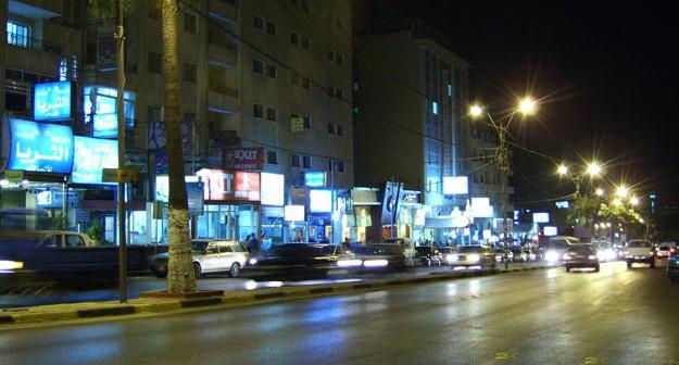 أصحاب المقاهي والمحال يسيطرون على شارع محمد نجيب بالمرج