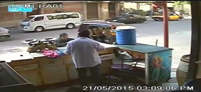 بالفيديو.. كاميرا مراقبة تسجل عملية سرقة مواطنة.. ومحاولة خطف ابنتها بالإسكندرية 🎥