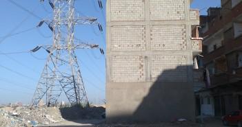 بناء دون ترخيص تحت أبراج الضغط العالي في الإسكندرية (تصوير ناشد سعد)