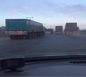 صورة.. سباق سيارات النقل على «طريق الموت» القاهرة إسكندرية الزراعي سابقا