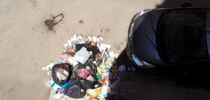مواطن: عامل نظافة جمع القمامة وتركها أسفل بيتي.. والمحافظة لا ترد (صورة)