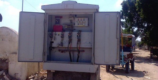 بالصور.. محول كهرباء مفتوحة أبوابه يهدد بكارثة في «سيدي غازي» بالبحيرة 📷
