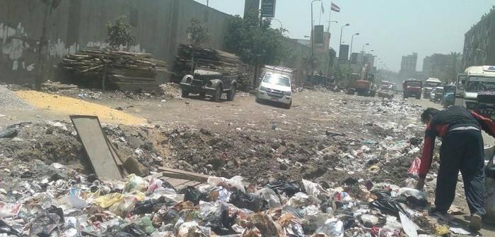 هبوط أرضي في بهتيم منذ عامين يعرقل المرور.. والقمامة تتنشر بالحي