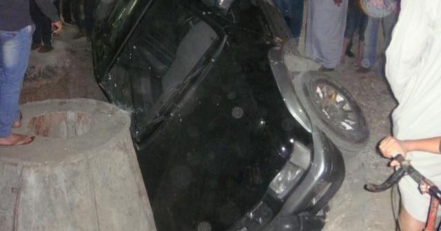 📷 سقوط سيارة بحفرة للصرف الصحي بالفيوم.. من التالي؟!