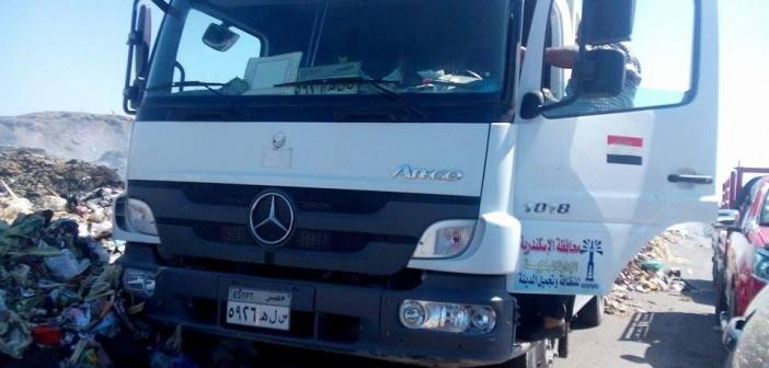 📷 سيارات قمامة لمحافظة الإسكندرية ترميها على الطريق.. وسائقها: «صور صور»