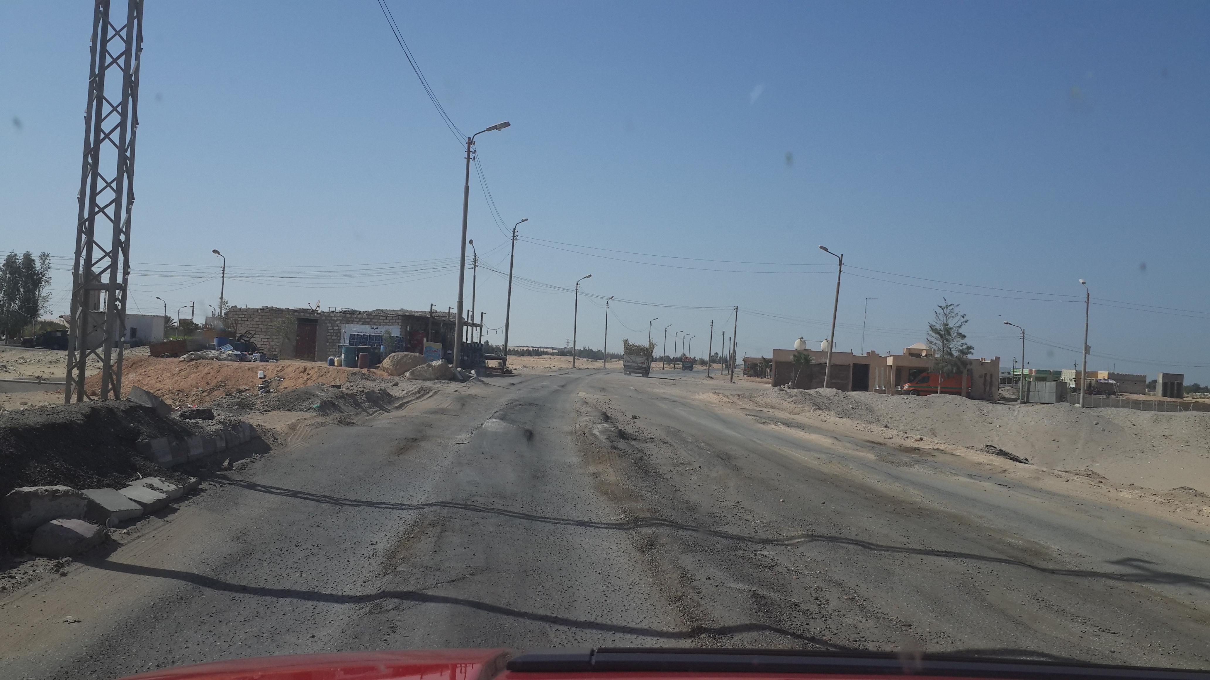 طريق الفيوم ـ أسيوط.. الإهمال يقتل الغلابة (تصوير صلاح فرغلي)