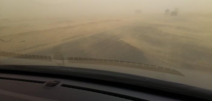 بالصور.. عواصف ترابية تحجب الرؤية على طريق السويس الصحراوي 📷