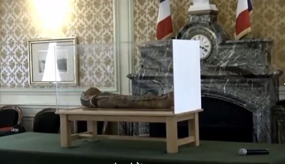📹 فيديو.. فرنسيون يعثرون على مومياء لطفلة فرعونية بصندوق قمامة