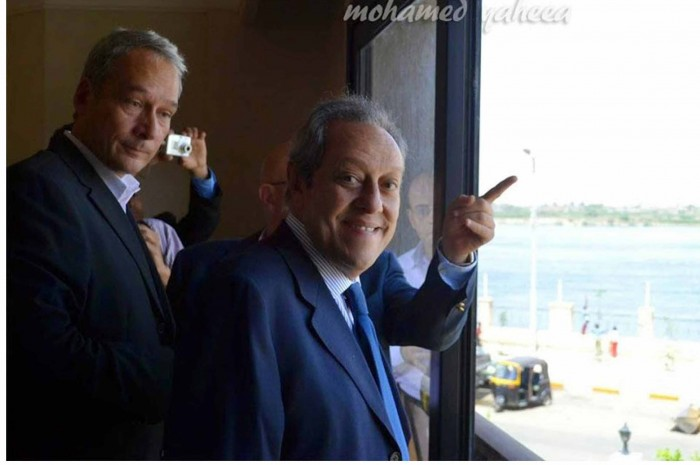 منير فخرى عبد النور وزير السياحة فى حينة  اثناء إفتتاحة ومشاهدة أحد غرف الفندق