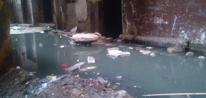 غرق شارع بالوراق في مياه الصرف الصحي