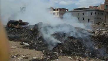 بالصور.. مجلس مدينة المطرية يتخلص من القمامة بإشعالها قرب بيوت المواطنين