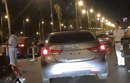 بالصورة.. سيارة بلا أرقام تعبر كمينًا أمام قصر الرئاسة دون مساءلة 📷