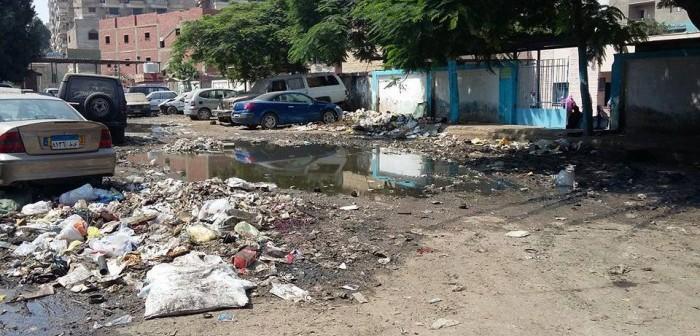القمامة ومياه الصرف مشهد دائم أمام مبنى الصحة بحي السلام 📷