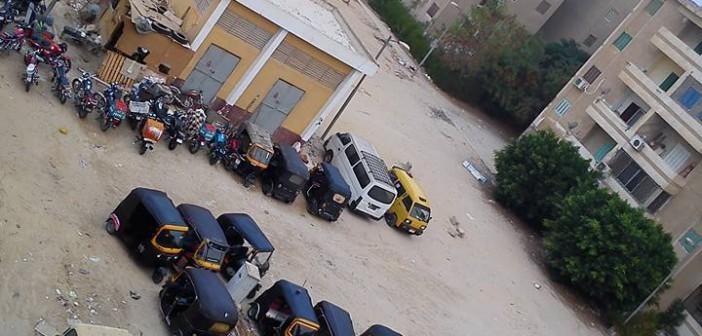 6 أكتوبر في غياب المسؤولين.. تحويل قطعة أرض لجراج وإزعاج المواطنين 📷